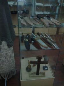 Exhibición de cuchillos y piezas en metal.